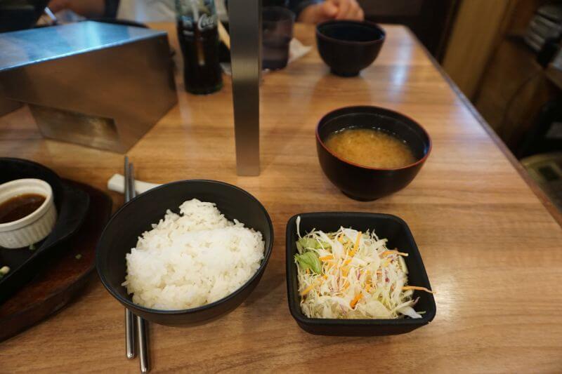 極味屋白飯與沙拉、味增湯