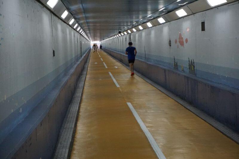 關門隧道人行道有人跑步