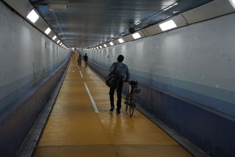 關門隧道人行道牽自行車