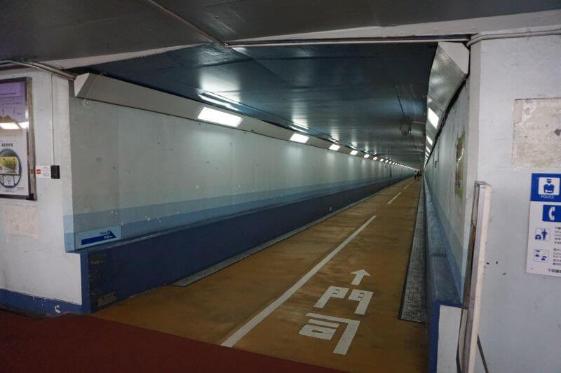 關門隧道人行道下關側到了