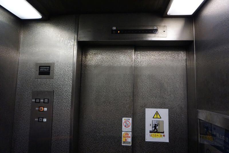 關門隧道人行道下觀側搭電梯