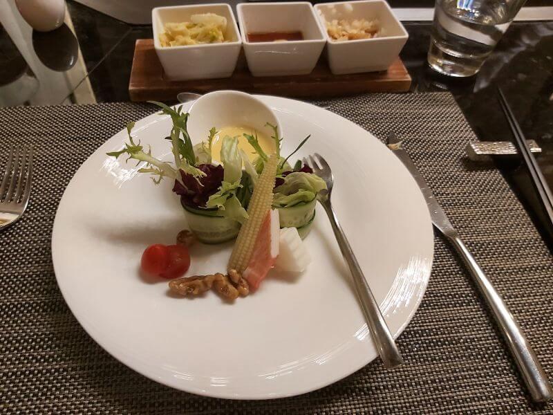 澄鐵板燒的歐式田園沙拉卷拌蟹肉棒